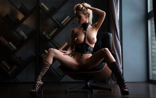 mature-brunette-blonde-erotic-shaved-pussy-black-high-heels-2560x1600.jpg