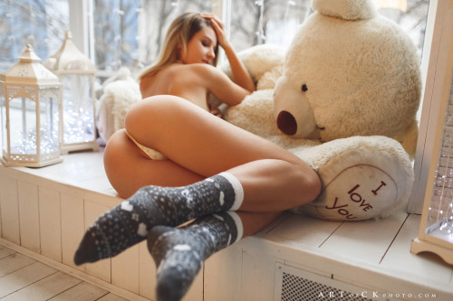 teddy-bear-sexy-babe-white-bikini-ass-model-1920x1280.jpg
