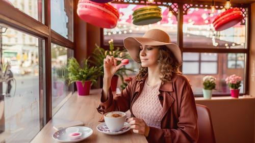 tapeta-kobieta-w-kapeluszu-przy-kawiarnianym-stoliku.jpg