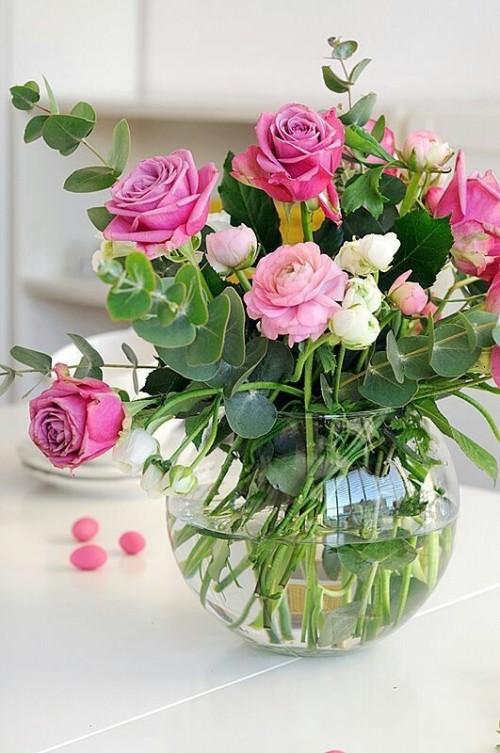 kytice růží ve skleněné váze