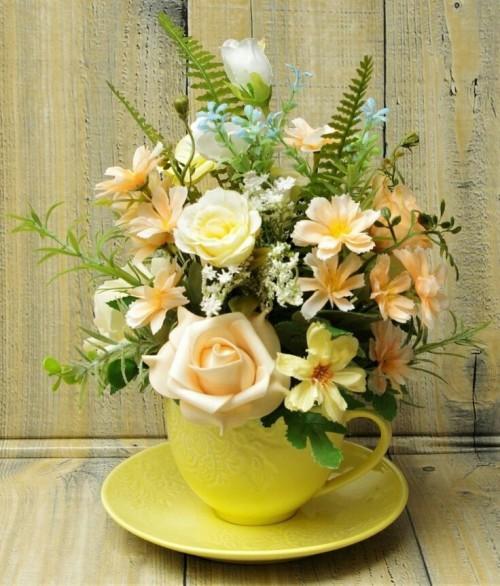 kytička květů v žlutém šálku