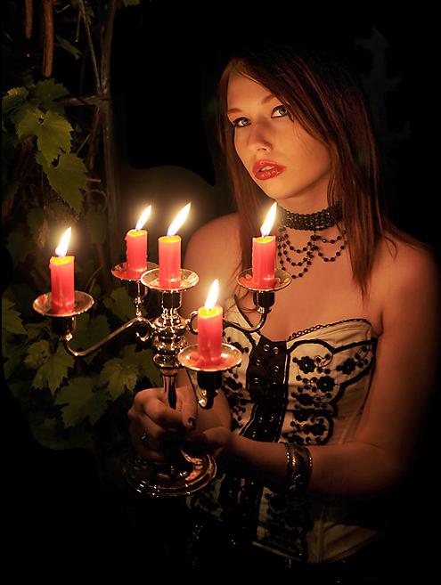 paní se svícnem